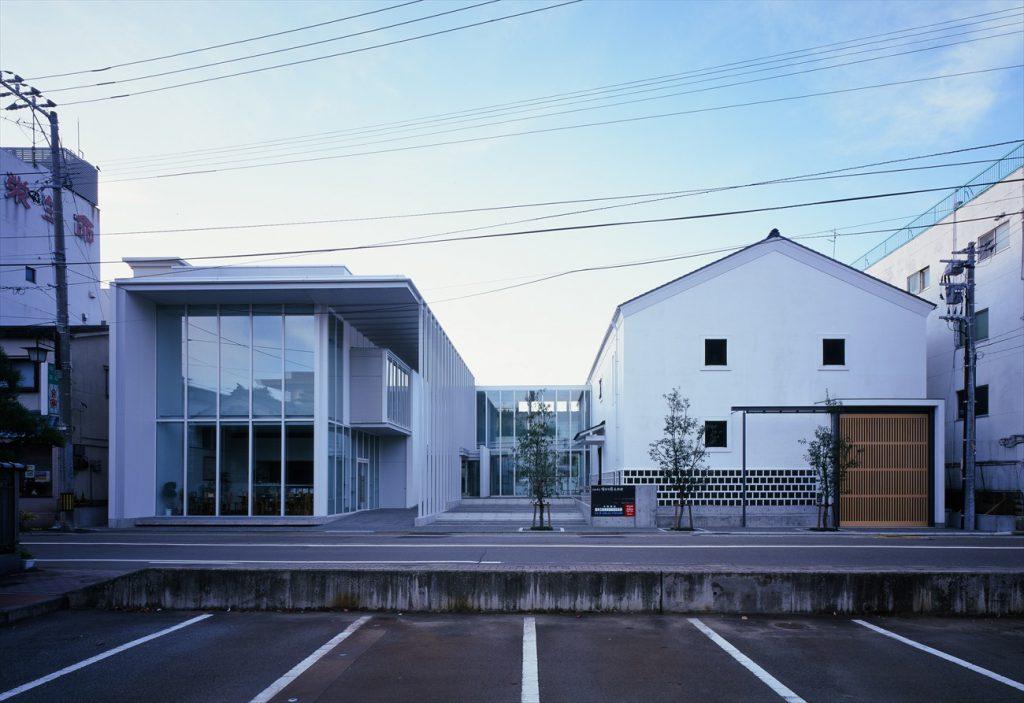 右が倉庫棟、左が新設棟