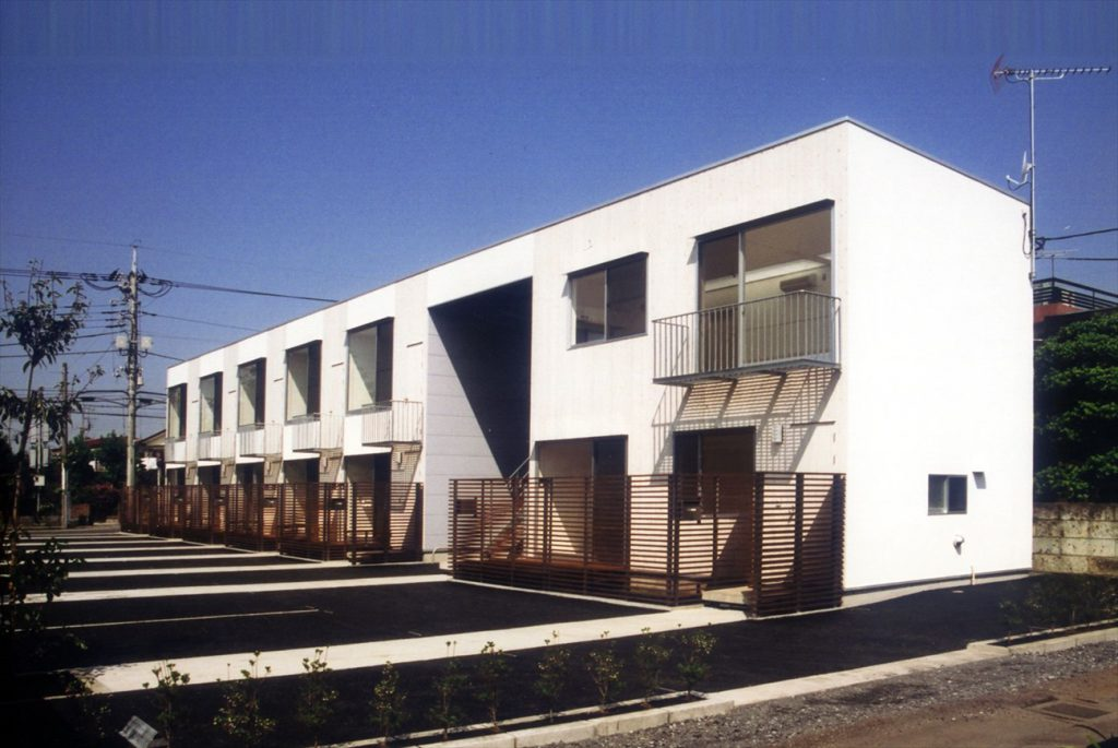 木造2階建ての長屋形式の集合住宅