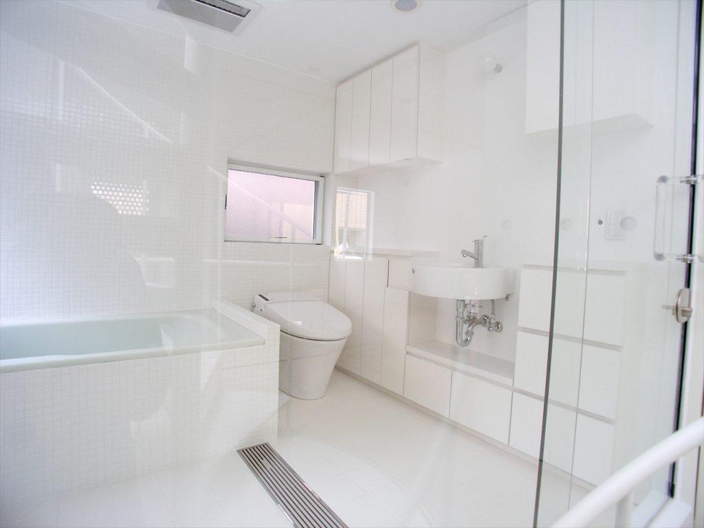 ガラス越しのトイレと浴室