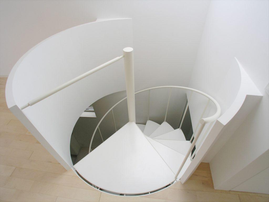 2階から螺旋階段