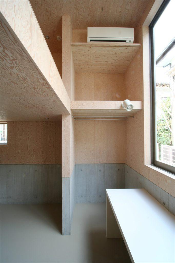 ロフトを伴う天井が高い部屋