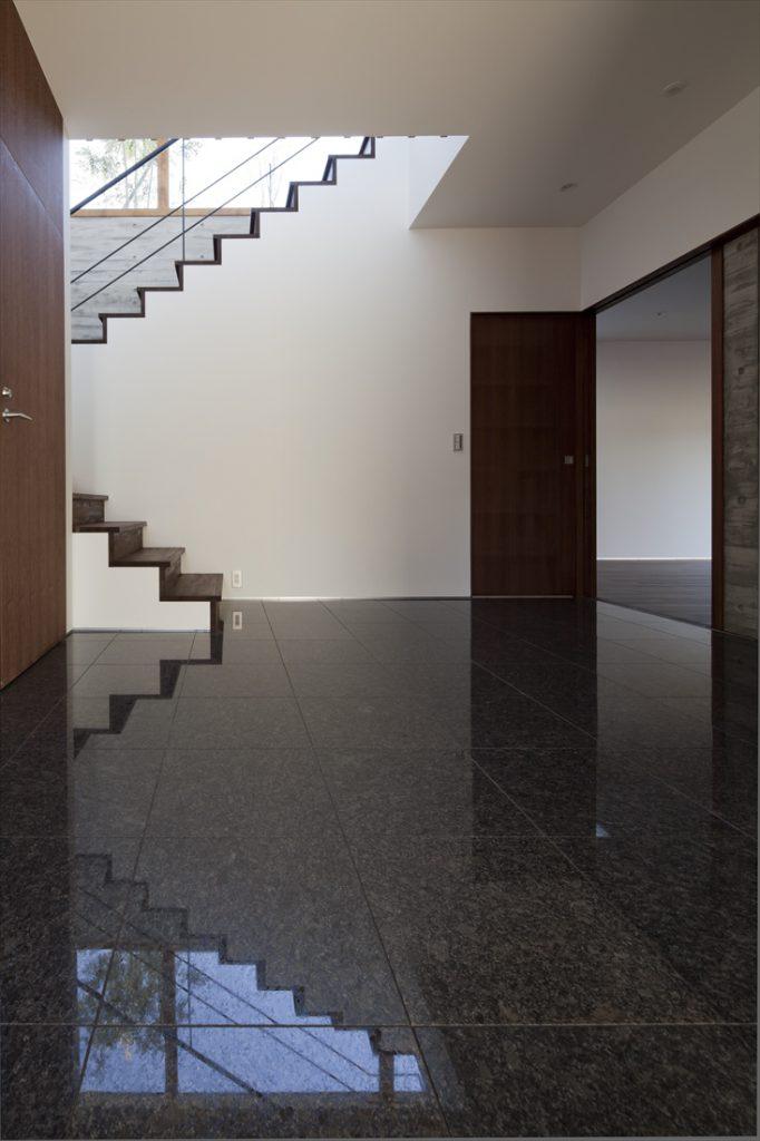 玄関ホールの床は御影石の磨き