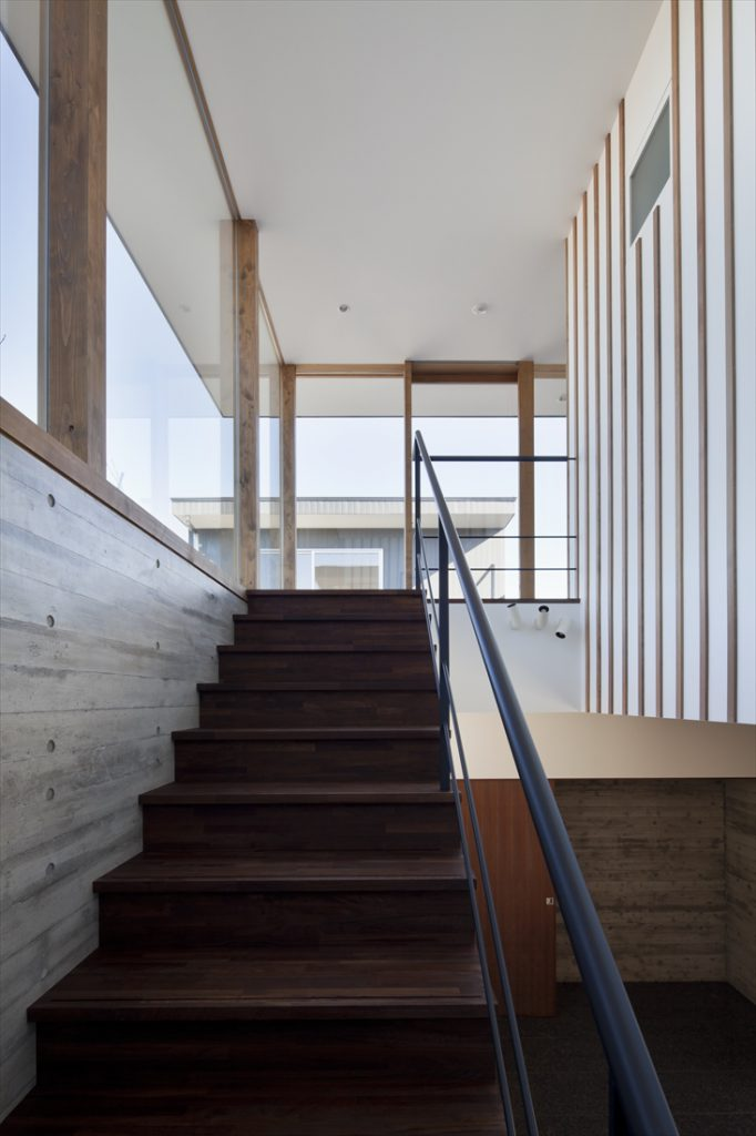 階段の正面と左手は中庭への窓