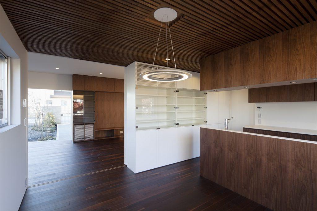 ダイニングの天井は木製のリブ