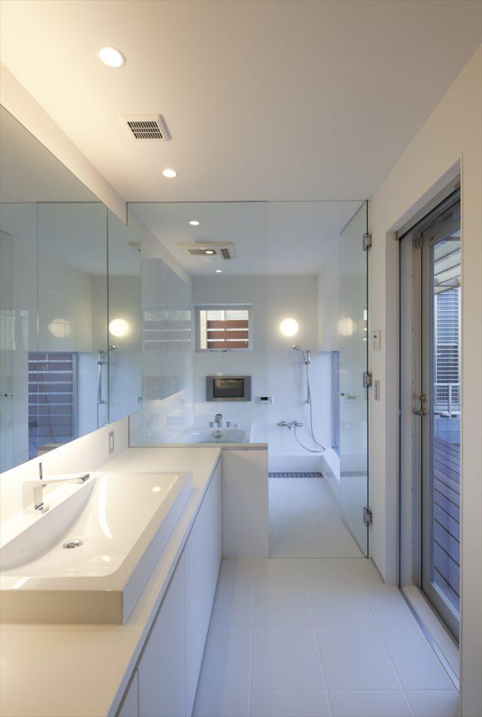 ガラスで仕切られた浴室空間