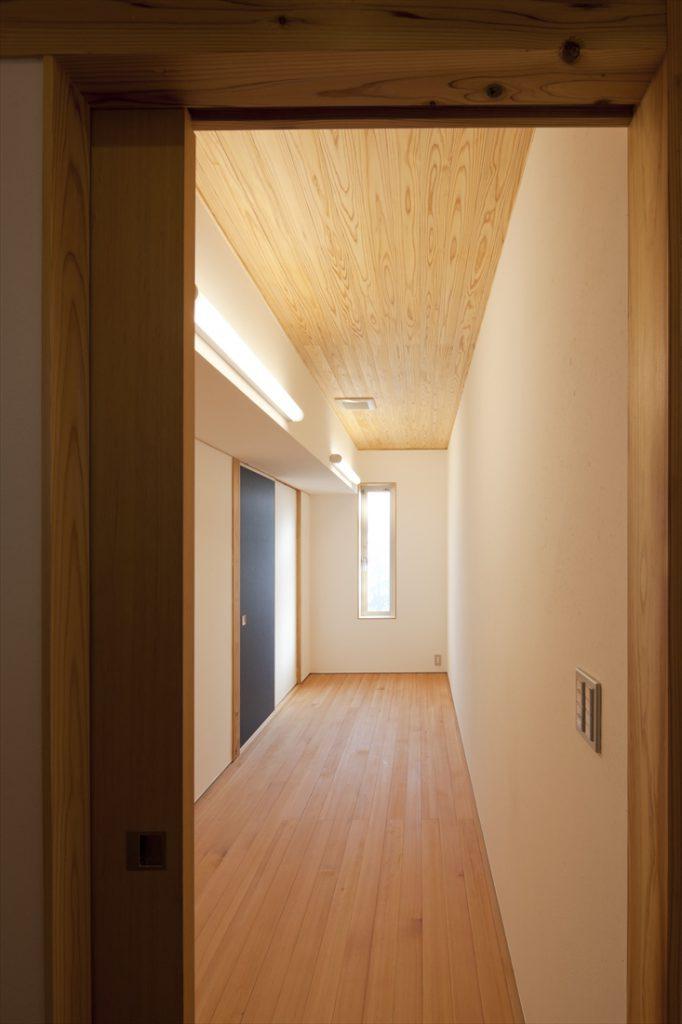床は赤松、天井は杉