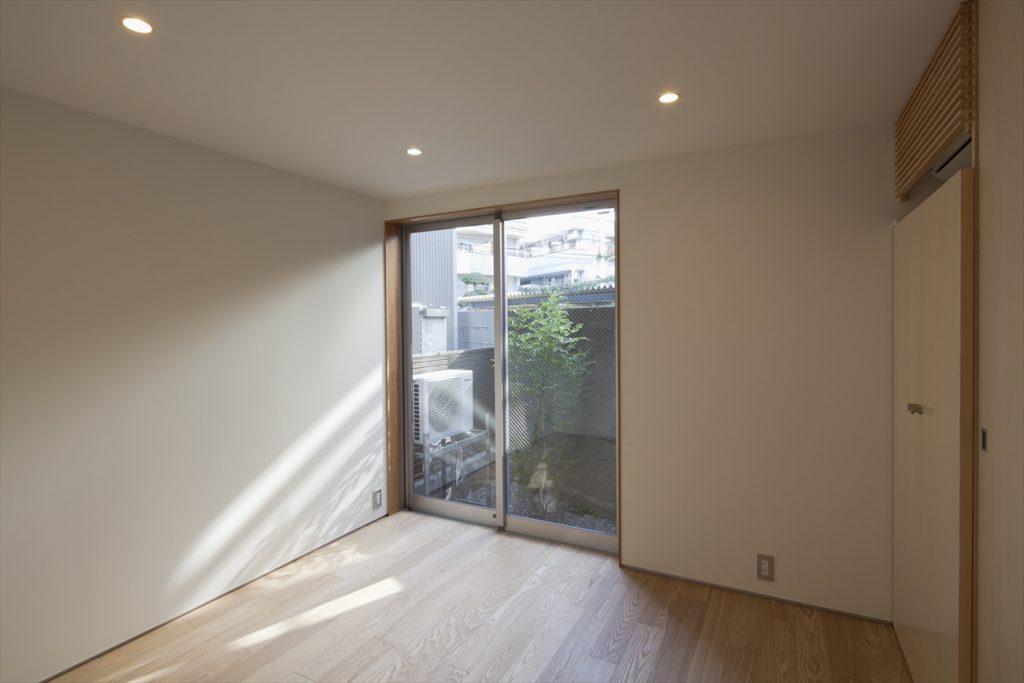 1階寝室は小さな庭から安定した光