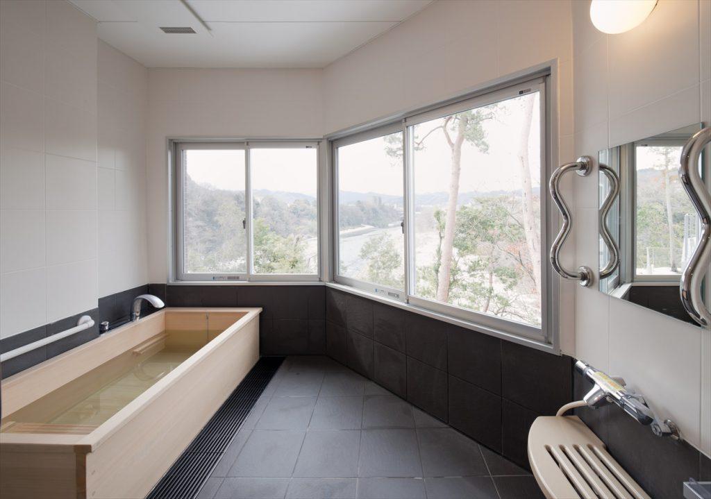 檜のお風呂と黒い床タイプの浴室