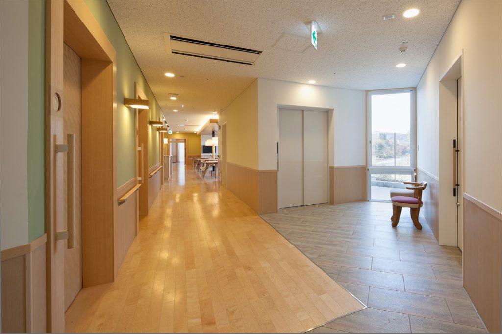 居室から食堂への廊下