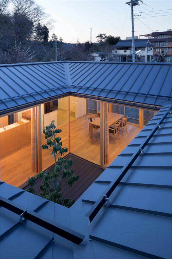 屋根の上から見た中庭