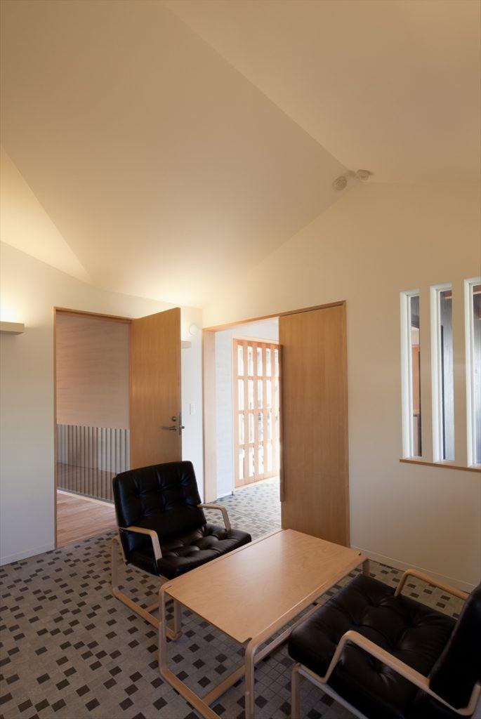 天井の形状に特徴がある事務室