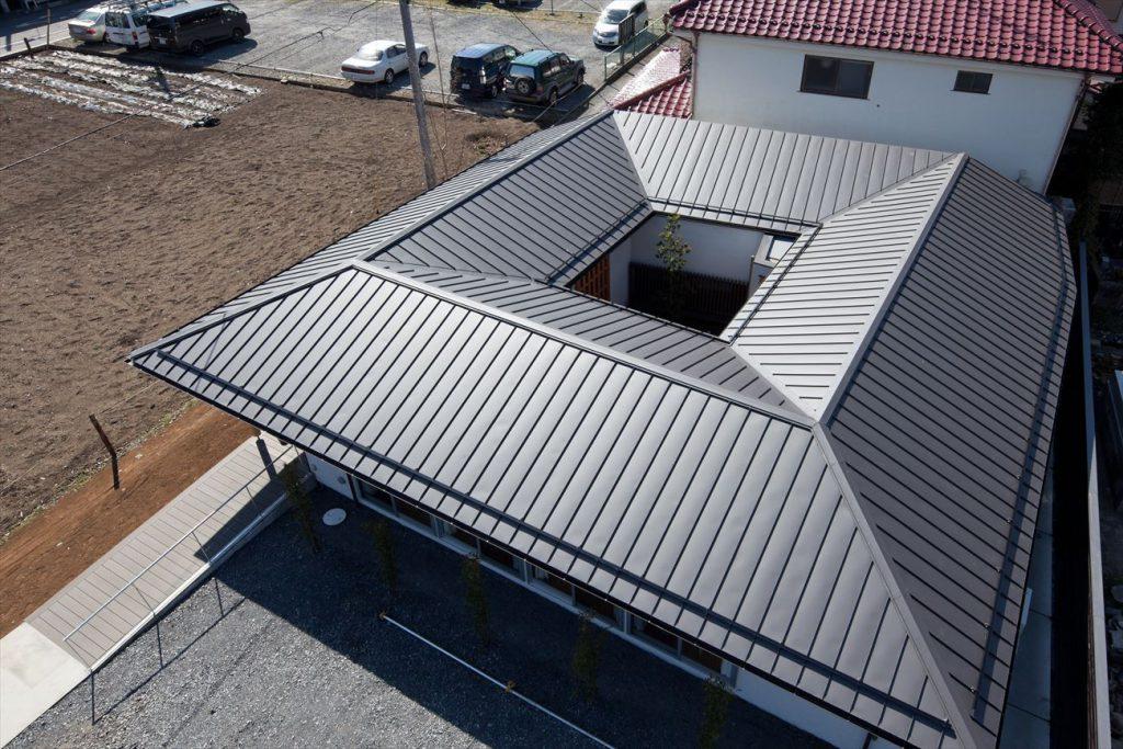 四角にかたどった屋根