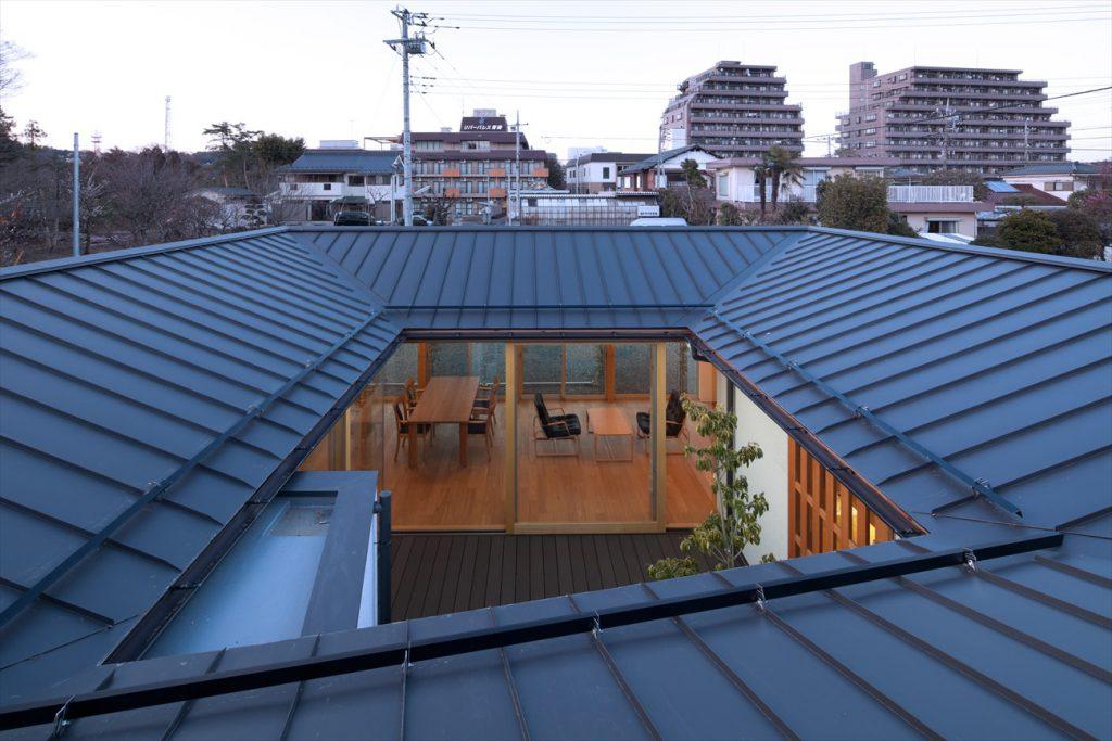 屋根の上から中庭
