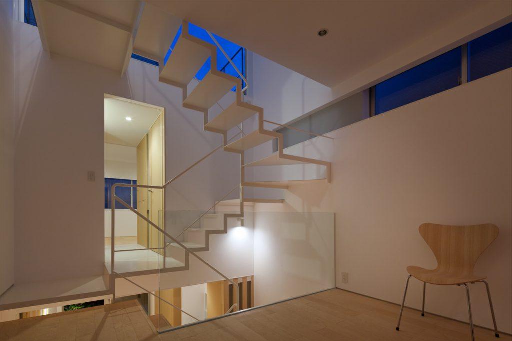 二つのリビングの間に階段