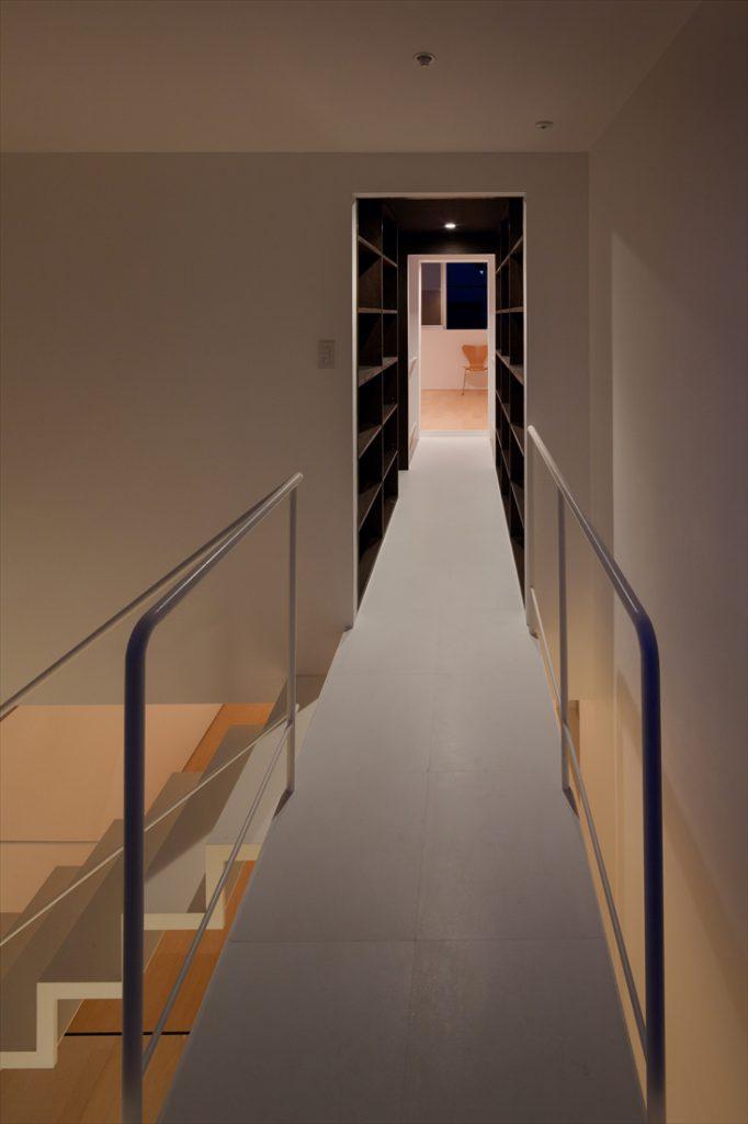 書棚に囲われた廊下