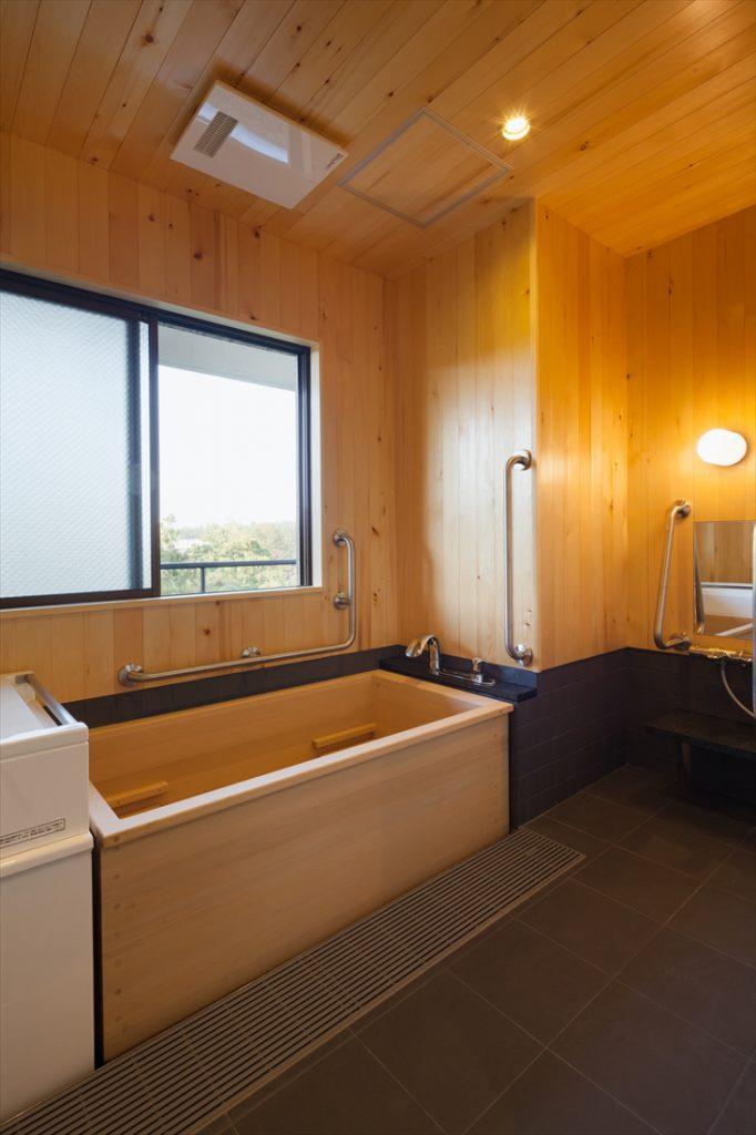 ヒバとタイルで仕上げられた浴室