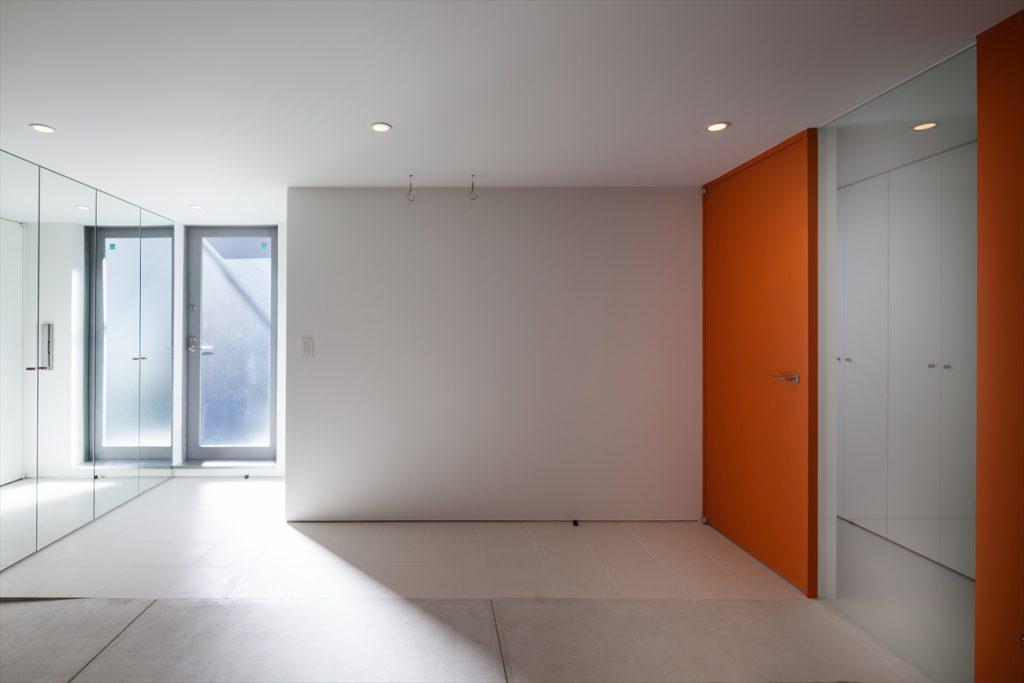 オレンジの扉の向こうは廊下と洗面室