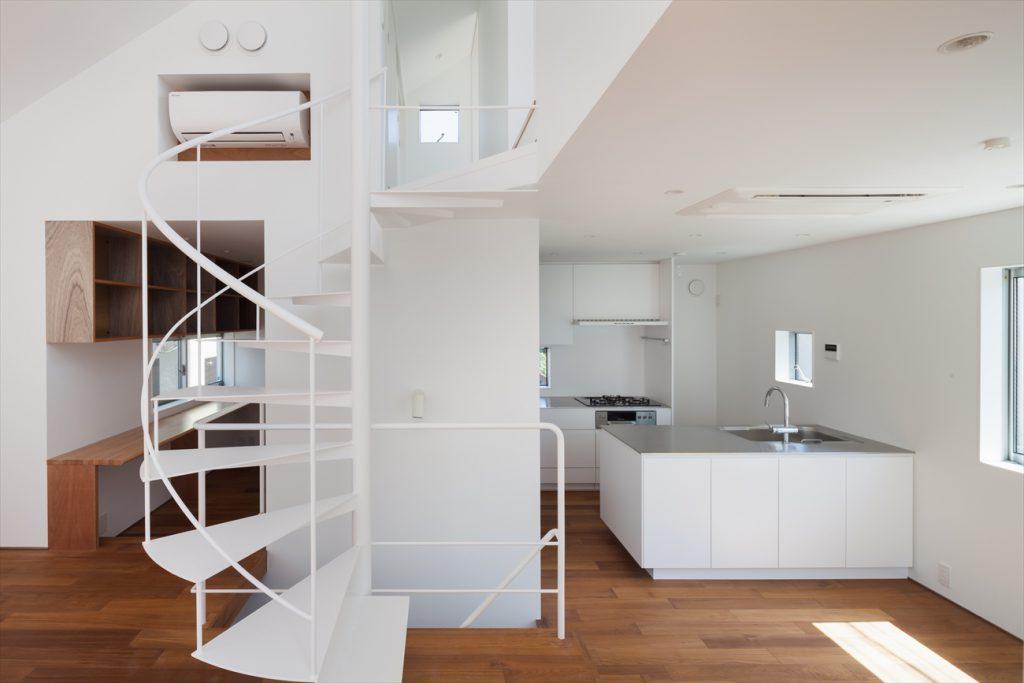 リビングキッチンとスケルトン階段