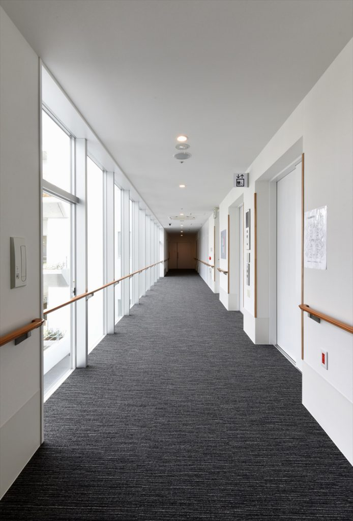 光が通る廊下