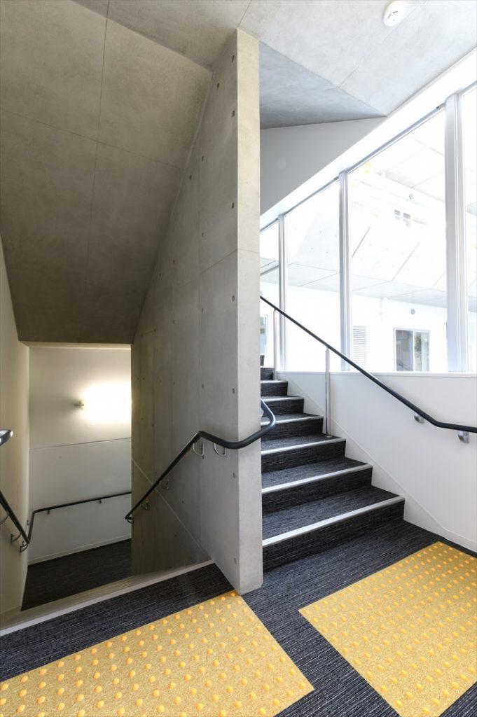 緩やかな避難階段