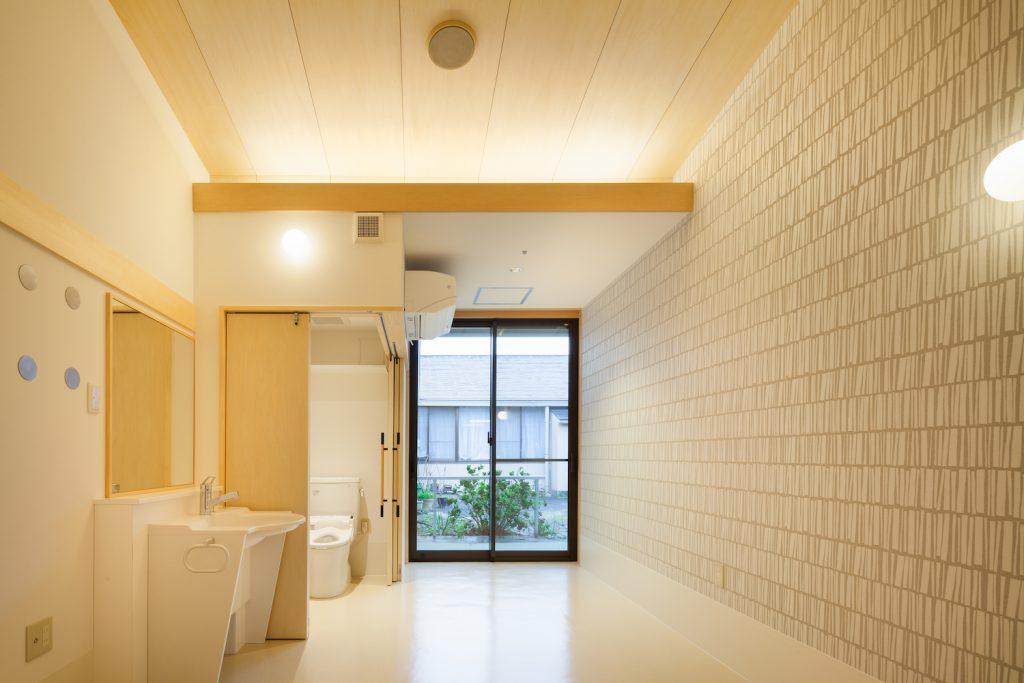 特養の居室の洗面とトイレ