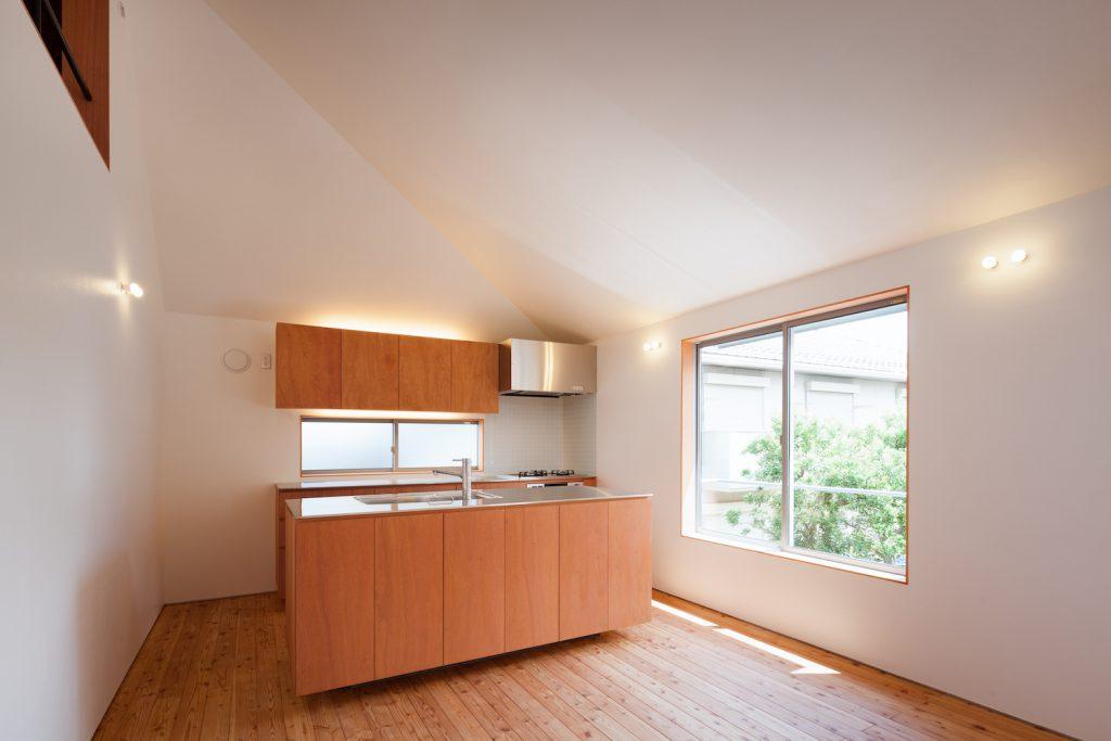 大きな窓からの明かりが嬉しいキッチン