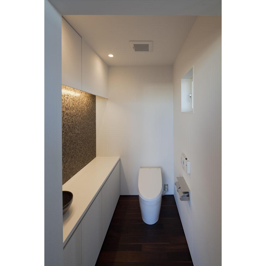 トイレに焦げ茶のモザイクタイル