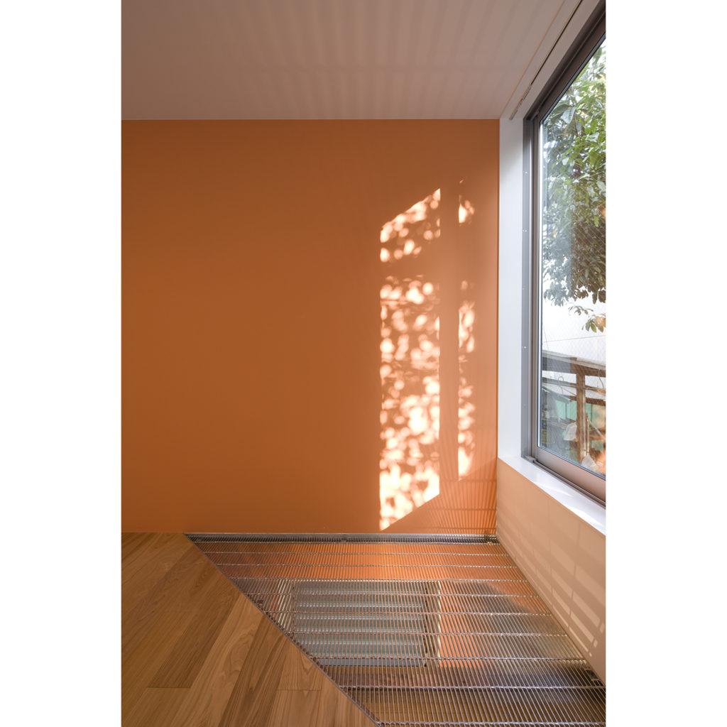西日を受ける壁をオレンジに塗装