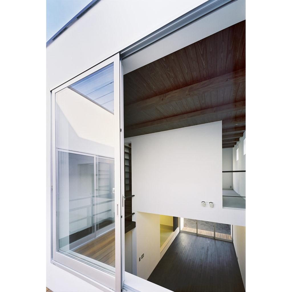 中庭の引き違い窓
