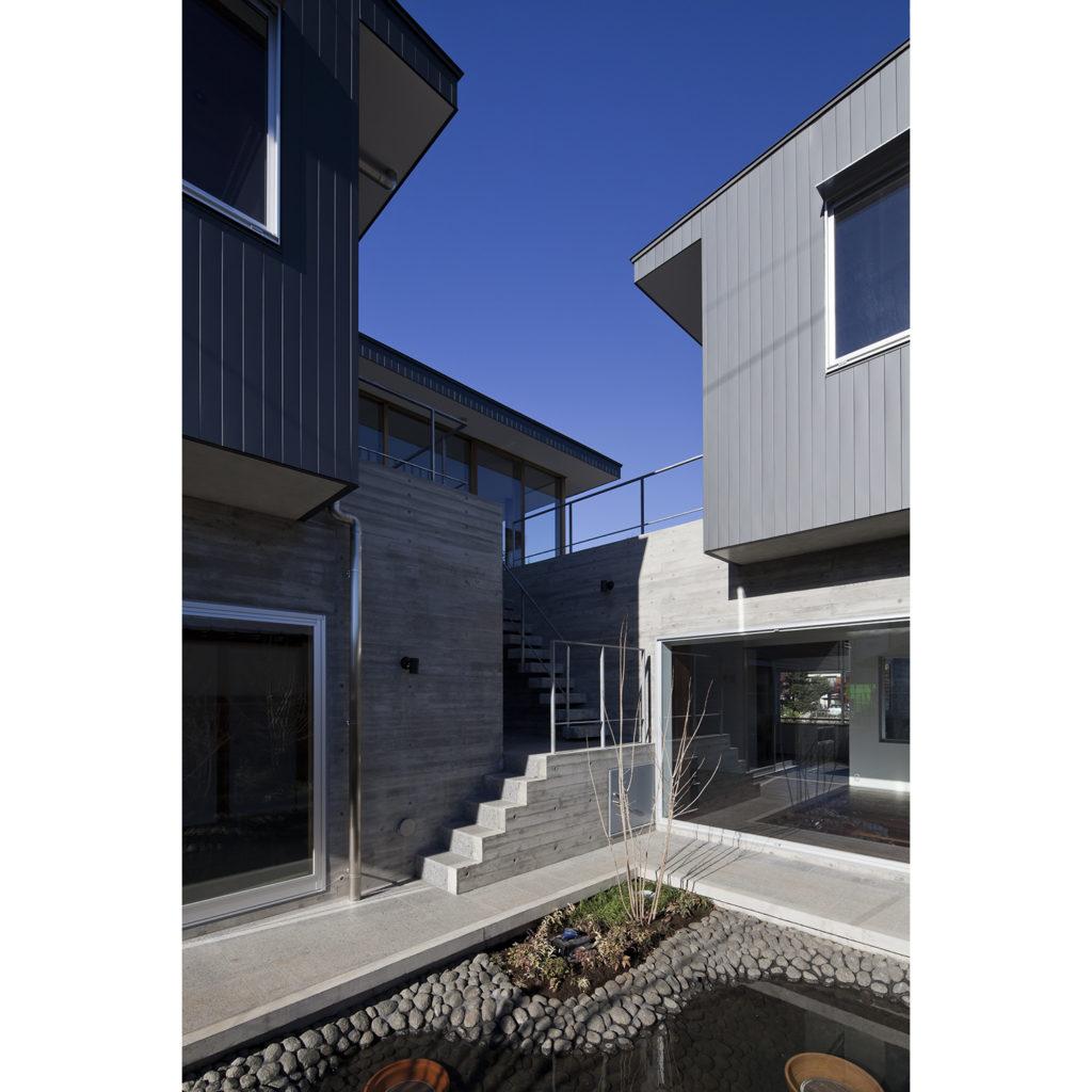 籠原の家 埼玉県熊谷市 五つの庭が彩るRC造+木造の家