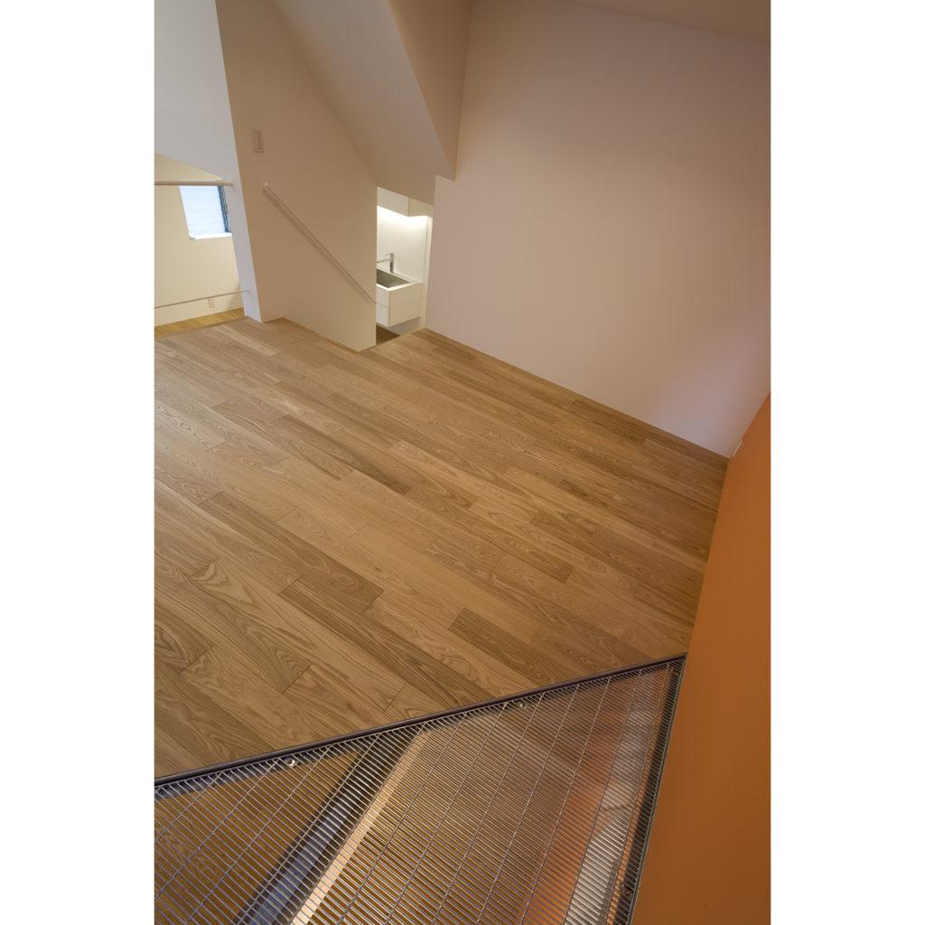 床のグレーチング越しに下の部屋に光がく