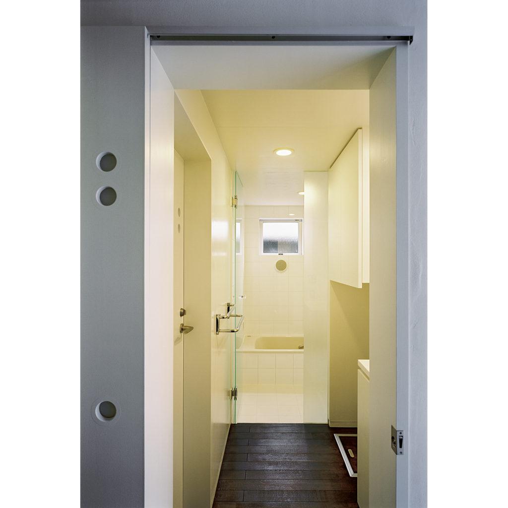 稲毛の家 千葉市稲毛区 高天井の窓から光を取り入れる木造住宅