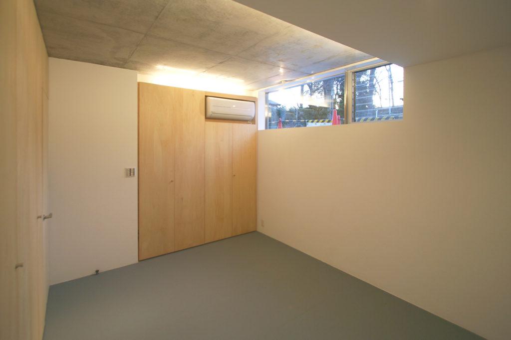 半地下の主寝室