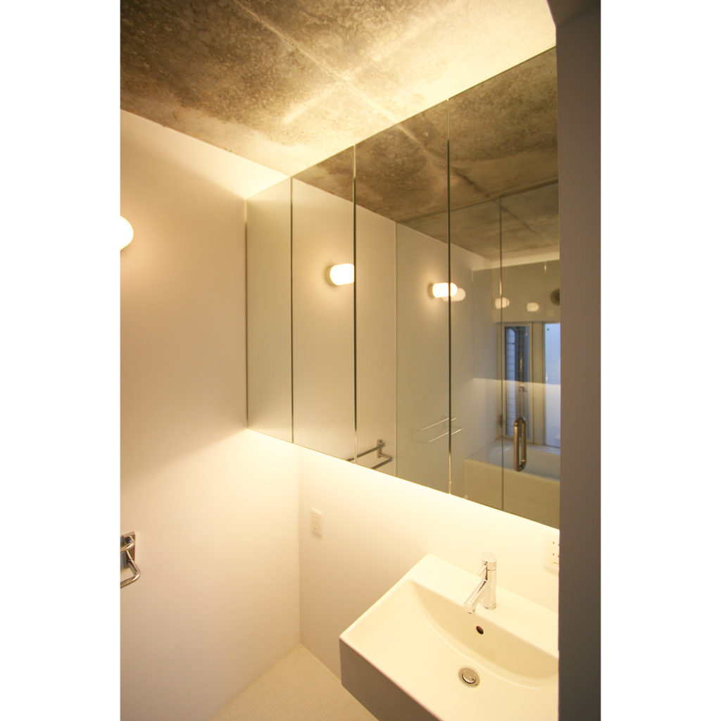 大きな鏡がある洗面室