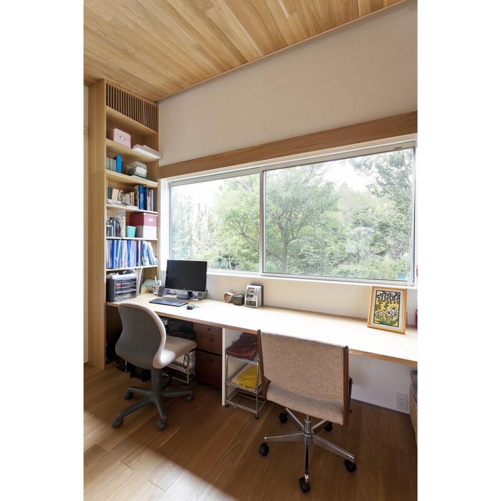 庭の樹木がよく見える書斎