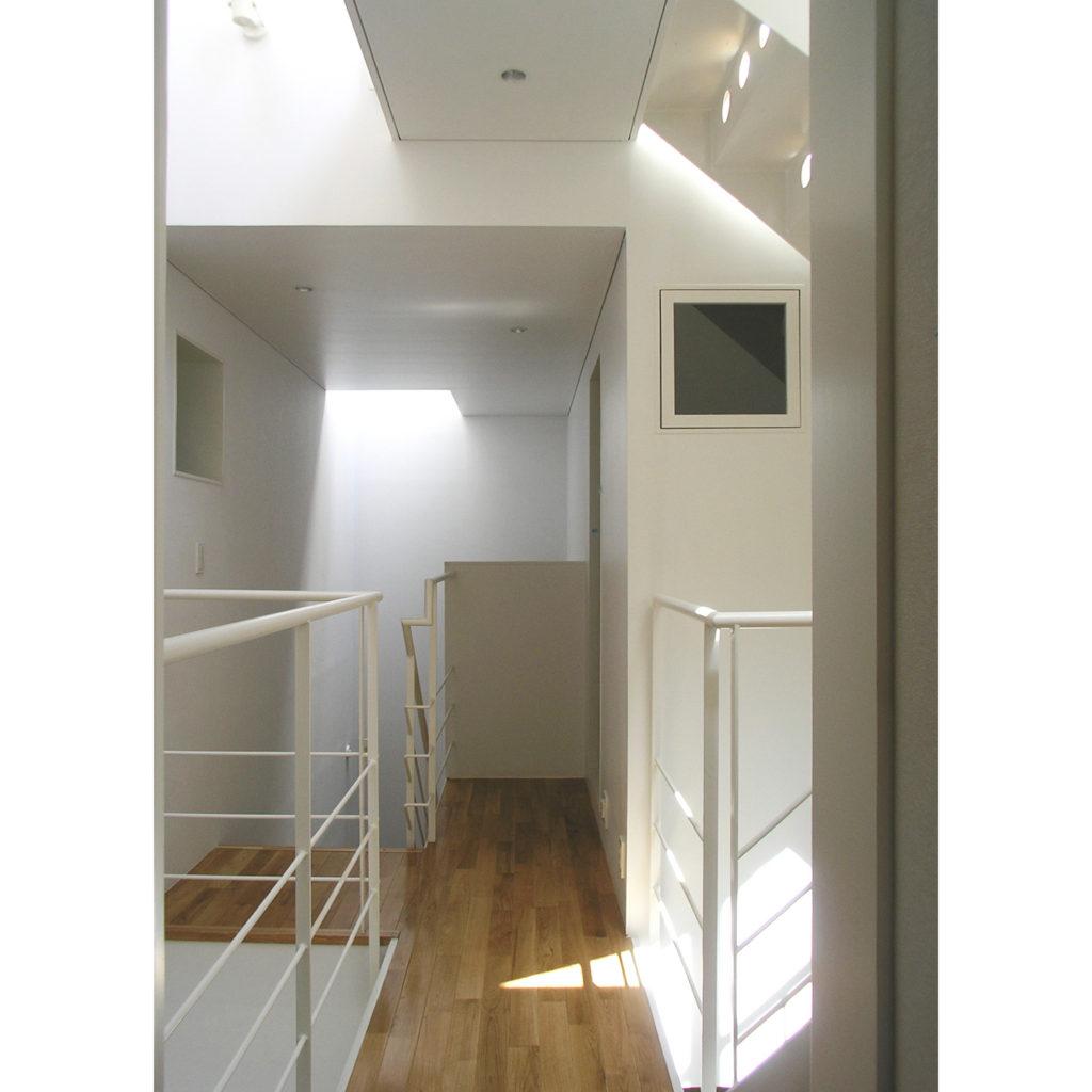 吹き抜けに面した明るい廊下