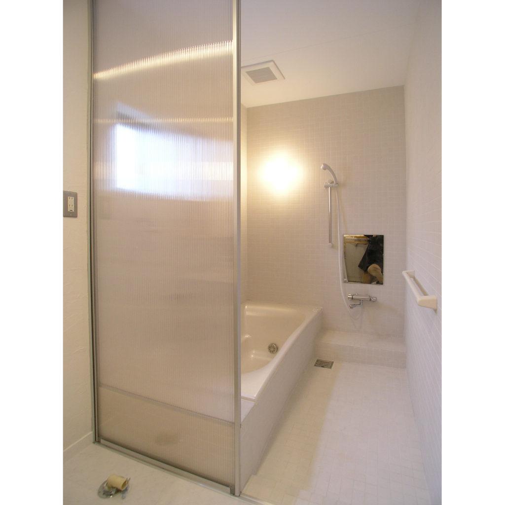 ポリカーボネイトの扉で仕切られた浴室