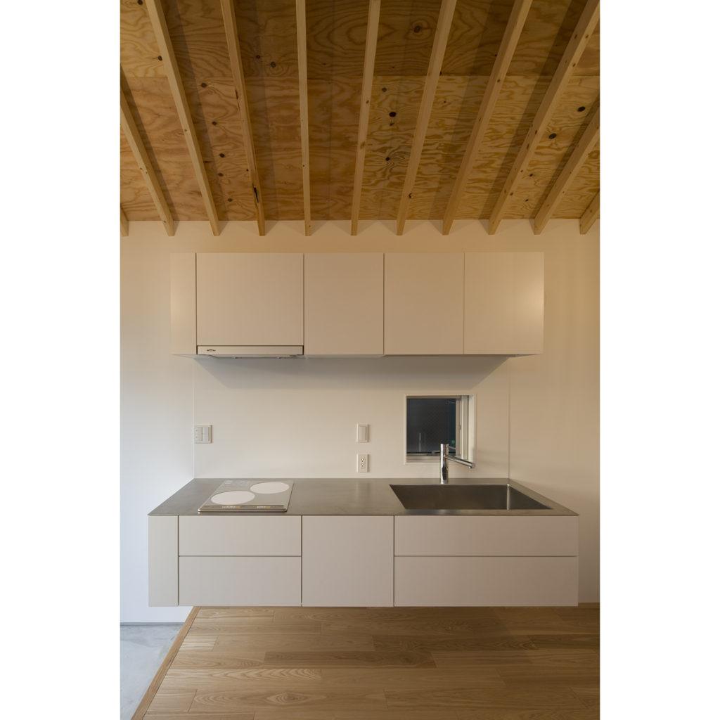 浮かぶようなデザインのキッチン