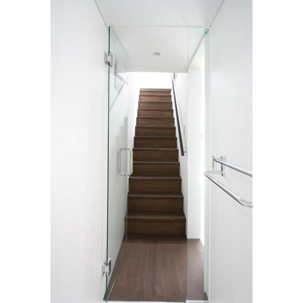 2階に上がる明るい階段室
