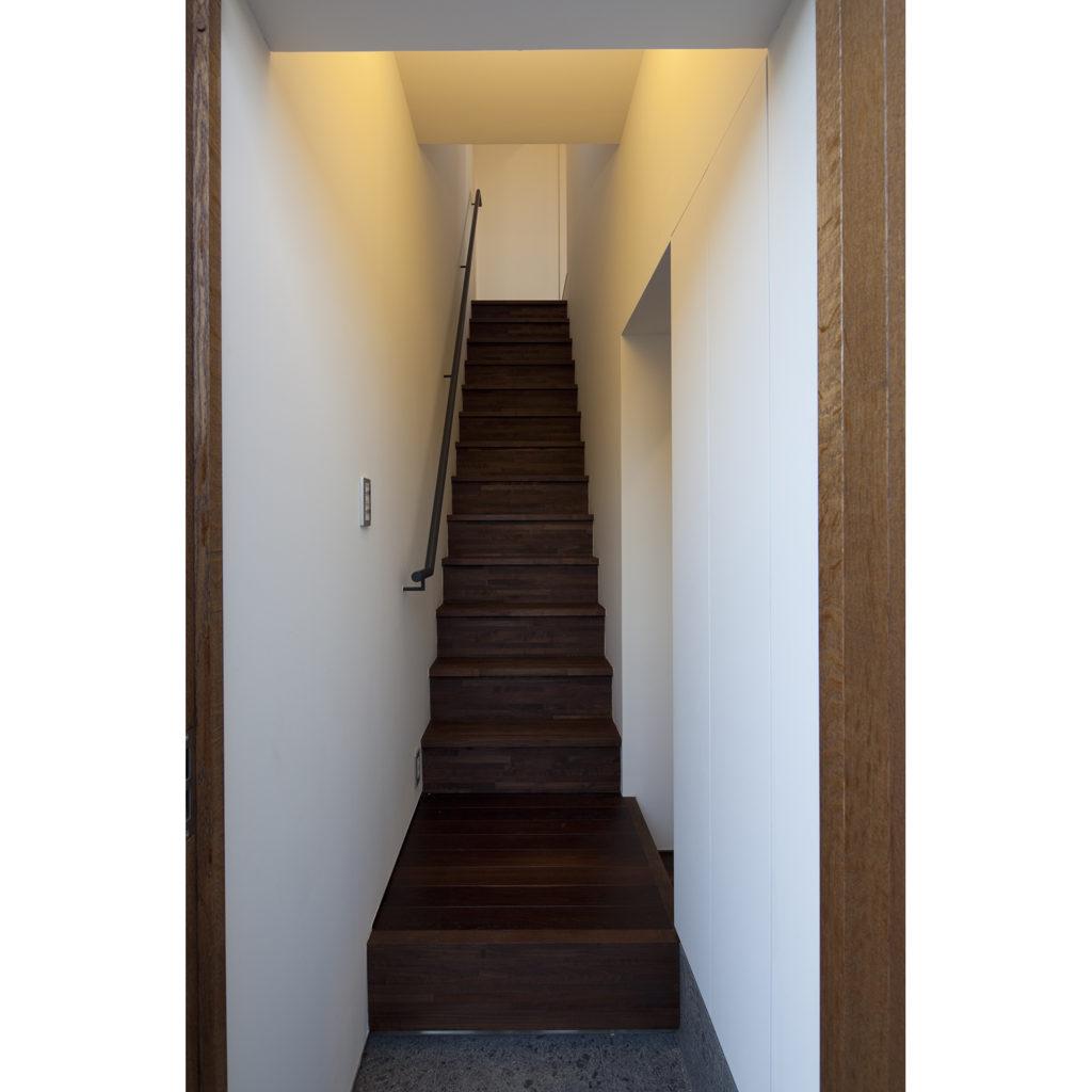 玄関から予備室への階段