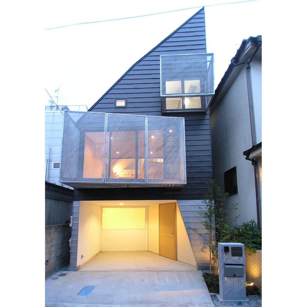 三角屋根が特徴の外観