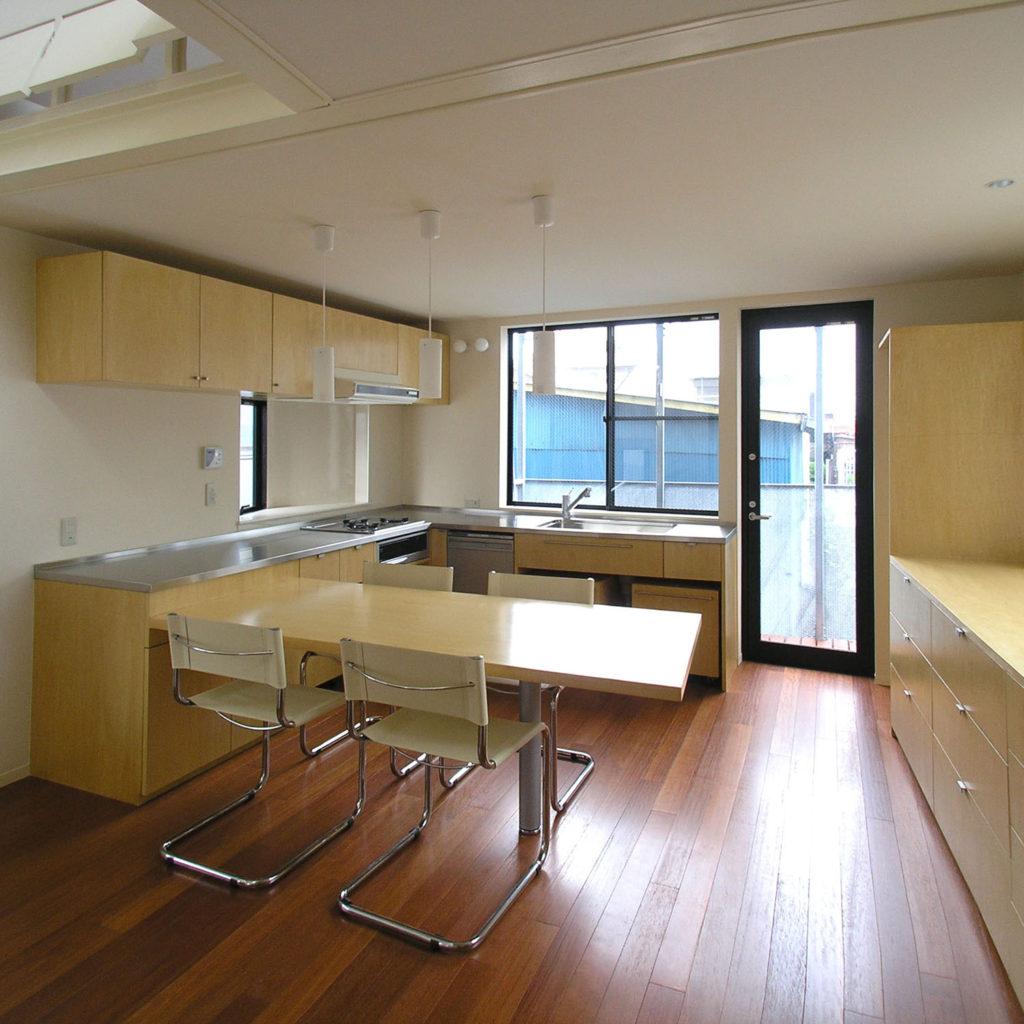 ダイニングテーブルと一体のキッチン