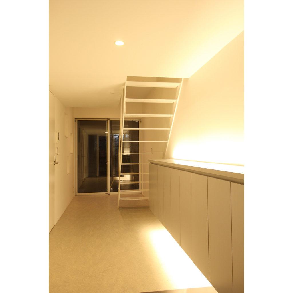 間接照明が仕込まれた階段