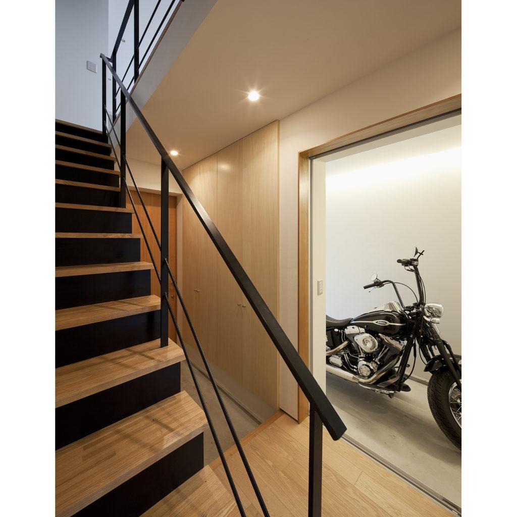 玄関の横にバイク置き場
