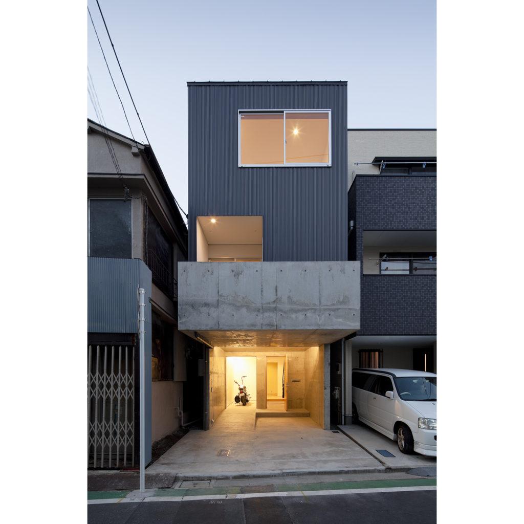 駐車場付きの3階建て住宅