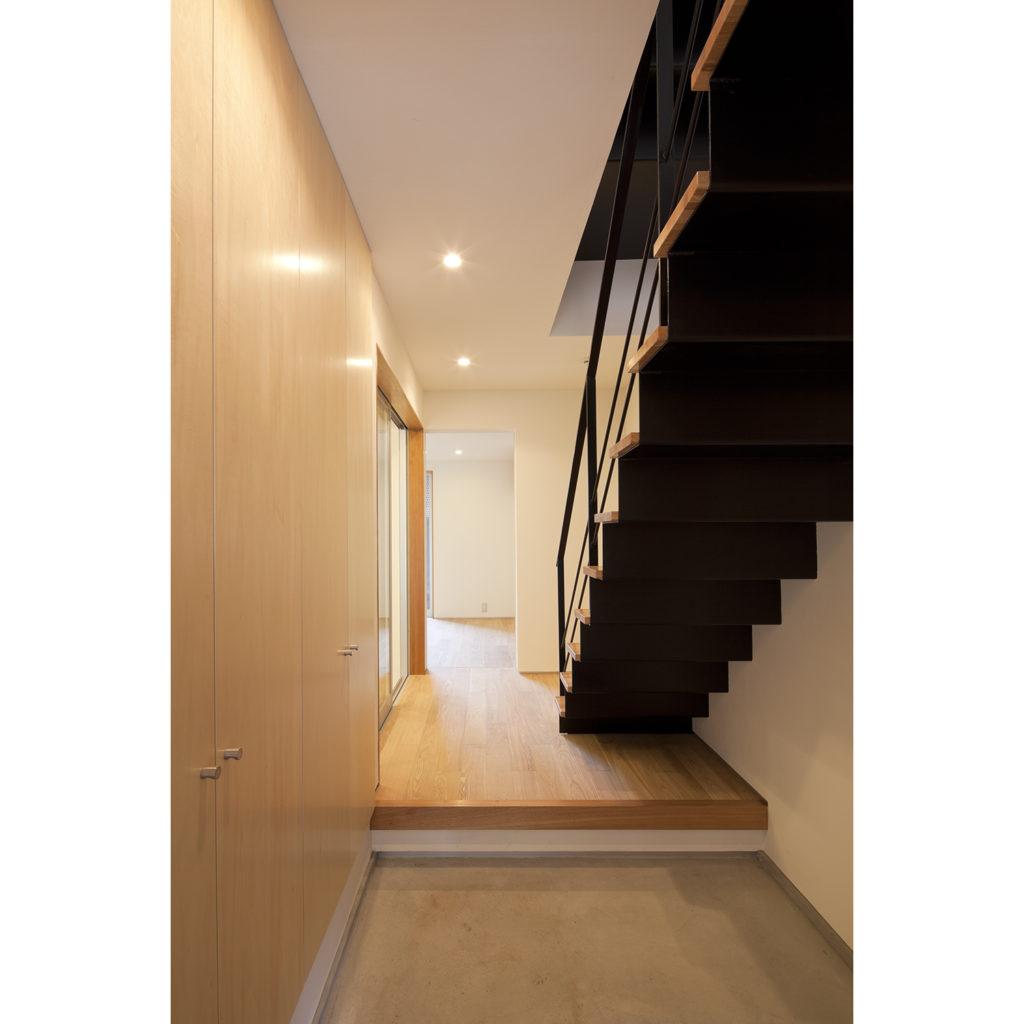 スケルトン階段がある玄関ホール