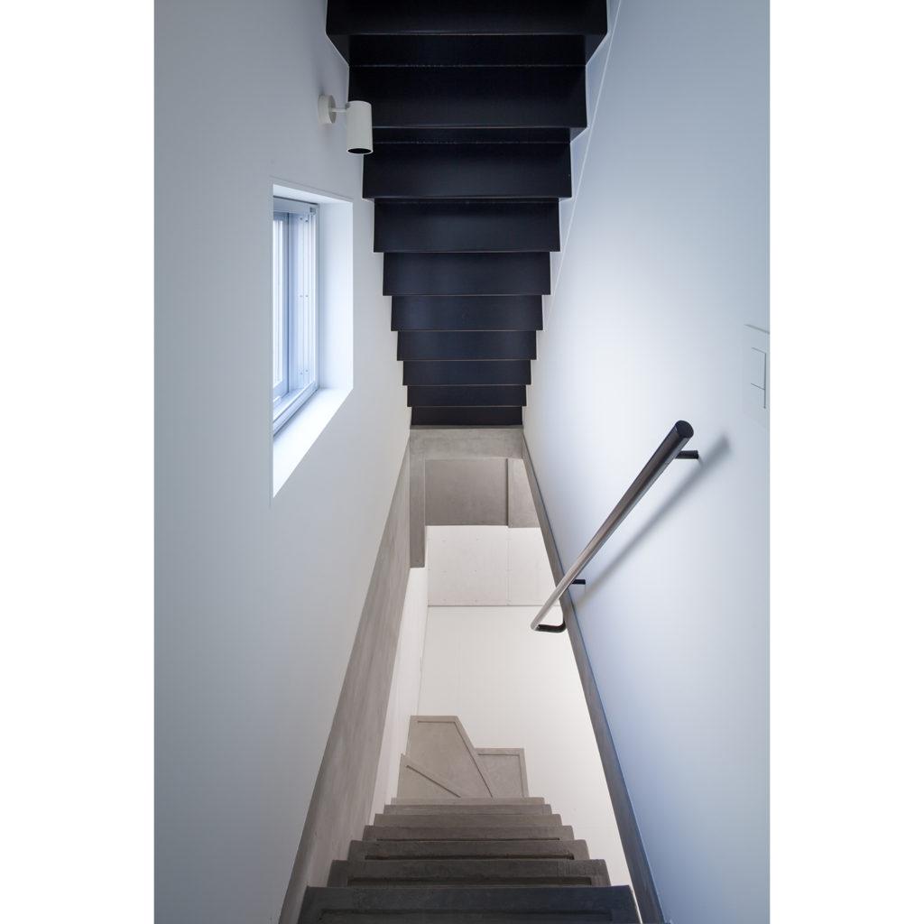 地階に降りる階段