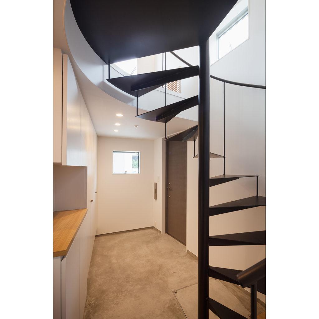 螺旋階段で開放的な家