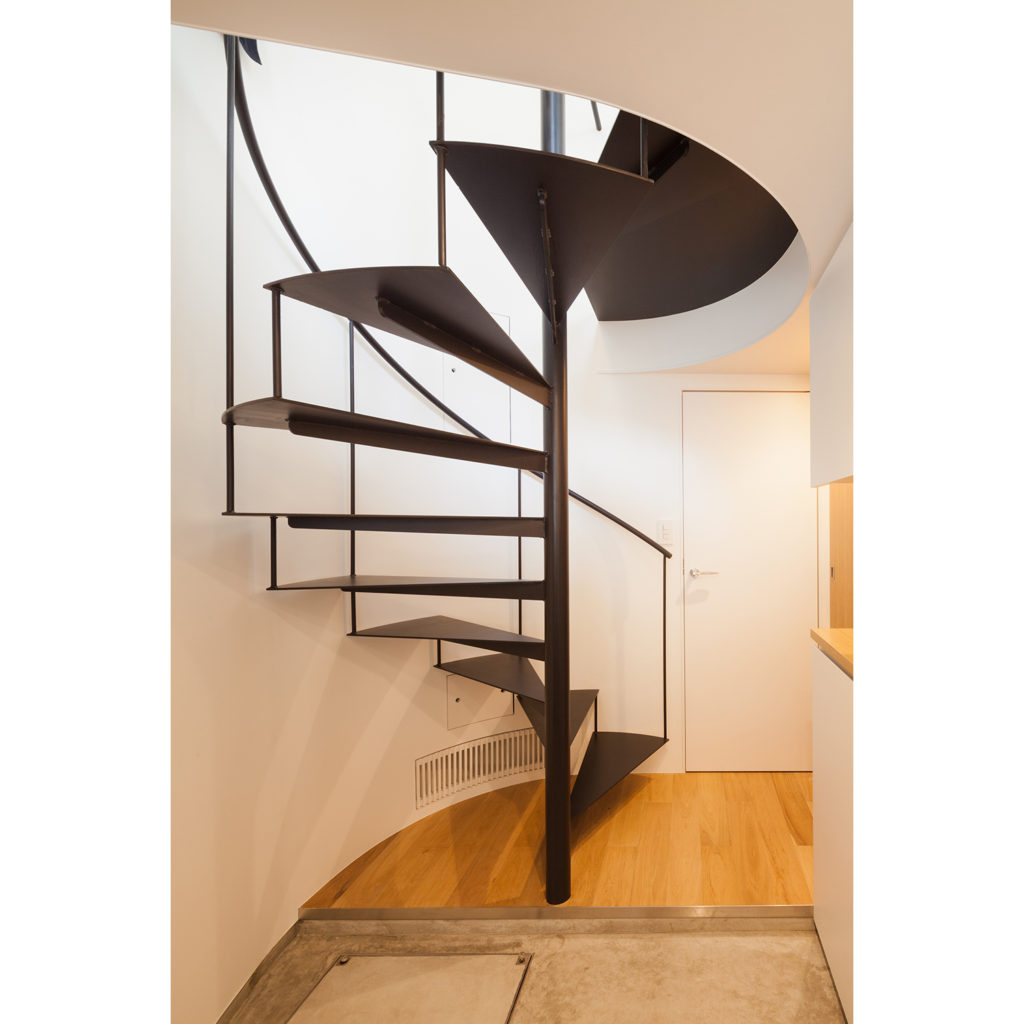 螺旋階段で光を