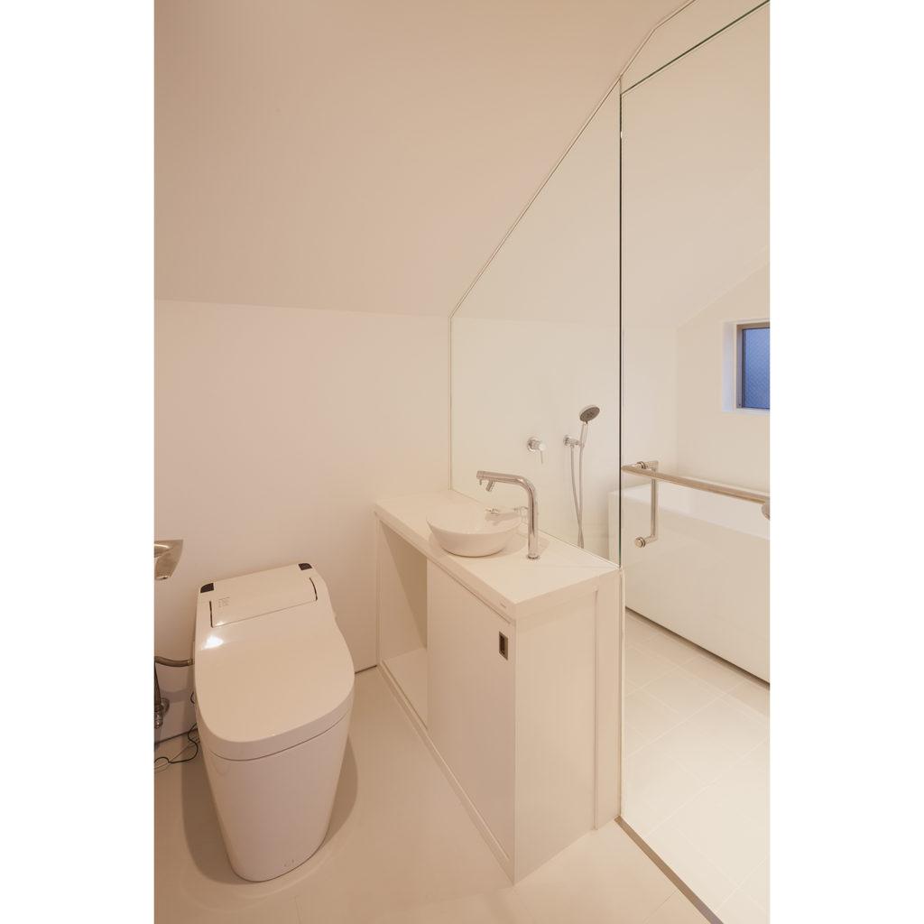 斜めの天井のトイレ